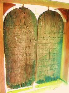 Holzgrabmale am Friedhof Fischach