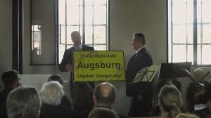 Oberbürgermeister Kurt Gribl präsentiert Ortsschild Universitätsstadt Augsburg Stadtteil Kriegshaber